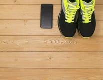 Se divierte los accesorios para la aptitud en el piso de madera Foto de archivo