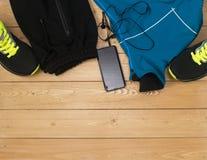 Se divierte los accesorios para la aptitud en el piso de madera Imagenes de archivo