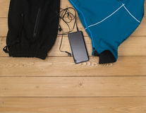 Se divierte los accesorios para la aptitud en el piso de madera Imagen de archivo