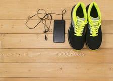 Se divierte los accesorios para la aptitud en el piso de madera Fotos de archivo libres de regalías