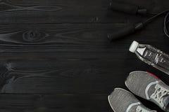 Se divierte los accesorios para la aptitud en el piso de madera Concepto sano de la forma de vida Fotos de archivo libres de regalías