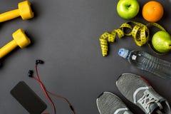 Se divierte los accesorios para la aptitud en el piso oscuro Concepto sano de la forma de vida Imagen de archivo