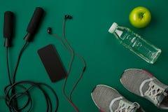 Se divierte los accesorios para la aptitud en el piso verde Concepto sano de la forma de vida Foto de archivo libre de regalías
