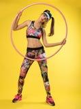 Se divierte a mujeres del ` con el hulahop rosado imágenes de archivo libres de regalías