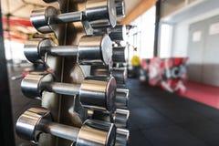 Se divierte pesas de gimnasia Pesas de gimnasia en el gimnasio fotografía de archivo libre de regalías