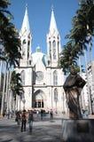 Se-domkyrka och staty av Anchieta i Sao Paulo Royaltyfri Bild