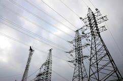 Se elevan las líneas eléctricas contra un fondo del cielo nublado electricidad foto de archivo libre de regalías