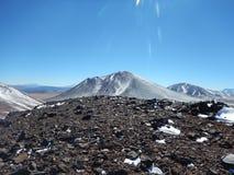 Se en fantastisk vulkan från en annan vulkanöverkant royaltyfri fotografi