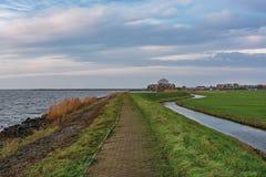 Se en liten by på ön Marken, Nederländerna Arkivfoton