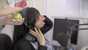 Se entretiene la radio DJ mientras que trabaja en el estudio de difusión almacen de video