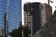 Se está construyendo la torre de cristal, y otro edificio, grúa constructiva Imagenes de archivo