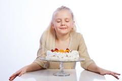 se för cakeflicka royaltyfria foton