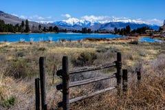 Se förbi porten till bergen Arkivbilder