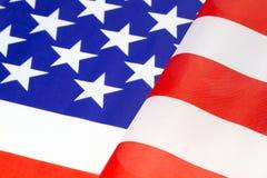 Se ferme de l'ondulation de drapeau américain dans blanc et bleu rouges Photos libres de droits