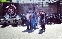 Se fermer du 6ème motoseason par l'association du cycliste sauvage MCC en Ukraine Ivano-Frankivsk Images libres de droits