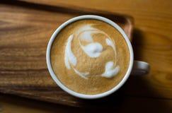 Se fermer jusqu'à une tasse de café image stock