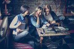 Se flickor dess mycket roligt close upp fotografering för bildbyråer