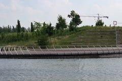 Se från en sjö över en sjö in i teater för öppen luft för f.m. Royaltyfri Bild