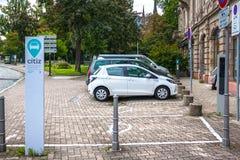 Se garant pour des sociétés de voitures électriques Citiz à Strasbourg, Alsace Photographie stock