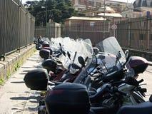 Se garer pour beaucoup de petites motocyclettes Images libres de droits