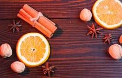 Süße Gewürze und Orange auf dem Tisch Lizenzfreies Stockfoto