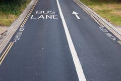 se h?ger v?nster look Anvisning för gångare på en vägväg i London fotografering för bildbyråer