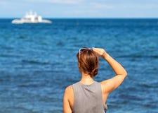 se havskvinnan Moderiktigt tillfälligt foto av det hållande ögonen på kryssningfartyget för flicka Arkivfoto
