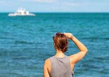 se havskvinnan Moderiktigt tillfälligt foto av det hållande ögonen på kryssningfartyget för flicka Royaltyfri Fotografi