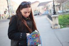 Se i hennes handväska fotografering för bildbyråer