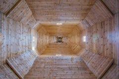Se in i kyrkan från insidan upp royaltyfri bild