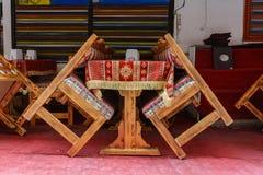 Se inclina dos sillas y una tabla Foto de archivo
