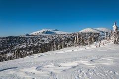 Se inclina la nieve del invierno de la montaña Foto de archivo libre de regalías