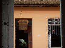 SE INGÅNGEN TILL EN RESTAURANG, TRINIDAD, KUBA Arkivbilder