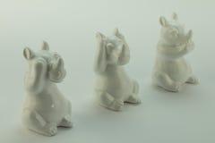 Se ingen ondska, hör ingen ondska, tala ingen ondska, noshörningobjekt på vit Arkivbilder