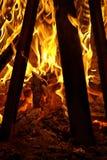 Se inom en lägereld på flammorna arkivfoto
