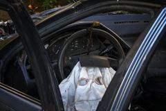 Se inom havererad bil för silver passageraren med den utplacerade airbagen arkivbild