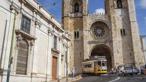 Se katedra i 28 kolorów żółtych tramwaj w Lisbon Zdjęcie Royalty Free