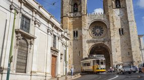Se-Kathedrale und gelbe Tram 28 in Lissabon Lizenzfreies Stockfoto