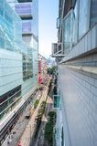 Se längs Nathan Road från det 13th golvet av Chungking Mansi Royaltyfri Bild