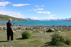 Se längs sjön Tekapo som snöar korkade maxima NZ arkivbilder