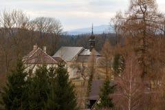 Se landskapet av byn och kyrkan i Tjeckien Arkivbilder