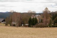 Se landskapet av byn och kyrkan i Tjeckien Arkivfoto