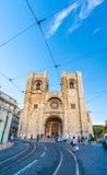 Se (Lissabon-Kathedrale) mit einer traditionellen gelben Tram in Lissabon, Lizenzfreie Stockfotografie