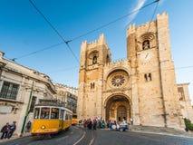 Se (Lissabon-Kathedrale) mit einer traditionellen gelben Tram in Lissabon, Stockfotografie