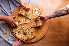 Se lleva una pizza caliente imagen de archivo libre de regalías