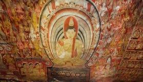 Se lyckliga Gautama Buddha på freskomålning med munkar på forntida tak av den 1st grottatemplet för århundrade F. KR. Arkivfoto
