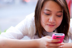 se mobila telefonkvinnor Arkivbild