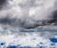 Se molnen och himlen på en höjd av flygplanflyget Royaltyfria Foton