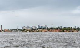 Se in mot i stadens centrum Sydney från den Parramatta floden, Australien Arkivfoto