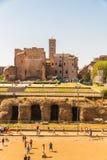 Se in mot Roman Forum och templet av Venus och Rome Royaltyfri Fotografi
